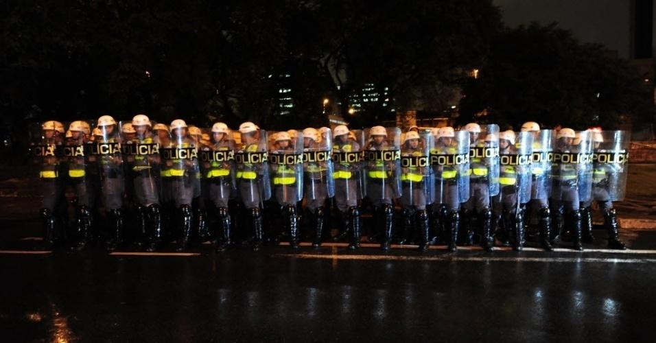 15.abr.2014 - Policiais formam barreira durante protesto anticopa em São Paulo