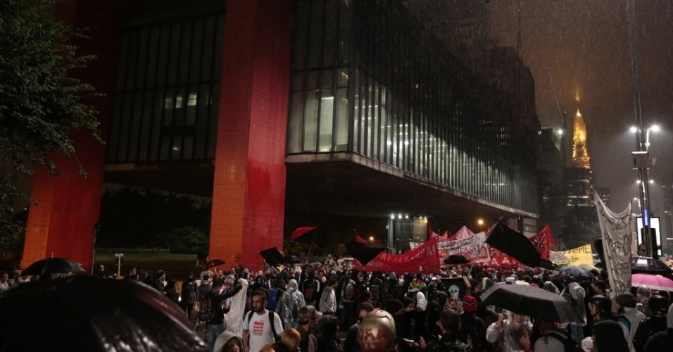 15.abr.2014 -  Protesto contra a Copa do Mundo fecha faixa da avenida Paulista, em São Paulo