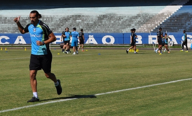 16 abr 2014 - Barcos trabalha separado do grupo do Grêmio no estádio Olímpico