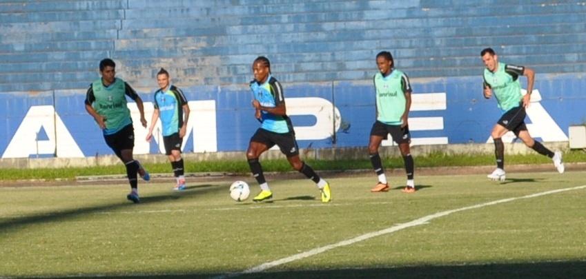 16 abr 2014 - Zé Roberto volta ao time titular do Grêmio em treinamento tático