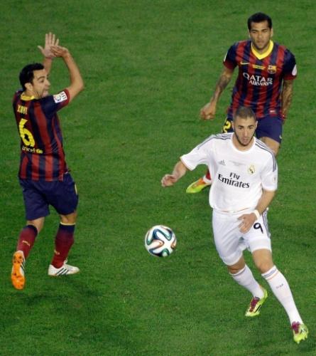 16.abr.2014 - Benzema dribla Xavi e Daniel Alves no clássico entre Barcelona e Real Madrid pela final da Copa do Rei