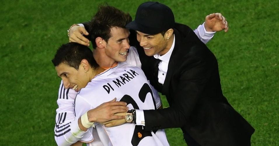 16.abr.2014 - Cristiano Ronaldo abraça os autores do dois gols do Real Madrid na vitória sobre o Barcelona, Bale e Dí Maria, para comemorar o título da Copa do Rei