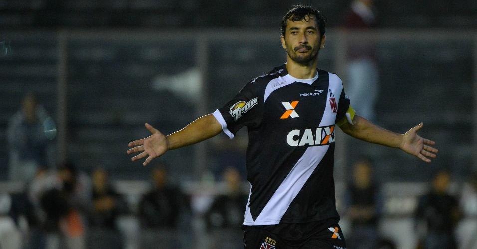 16.abr.2014 - Douglas comemora gol do Vasco sobre o Resende pela Copa do Brasil