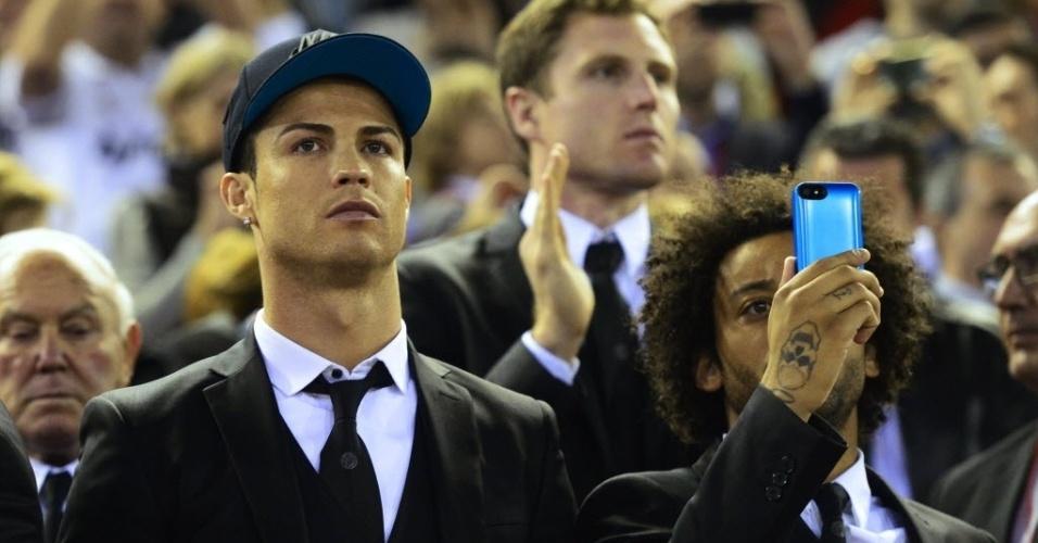 16.abr.2014 - Lesionados, Cristiano Ronaldo e Marcelo só assistem ao jogo entre Barcelona e Real Madrid na final da Copa do Rei