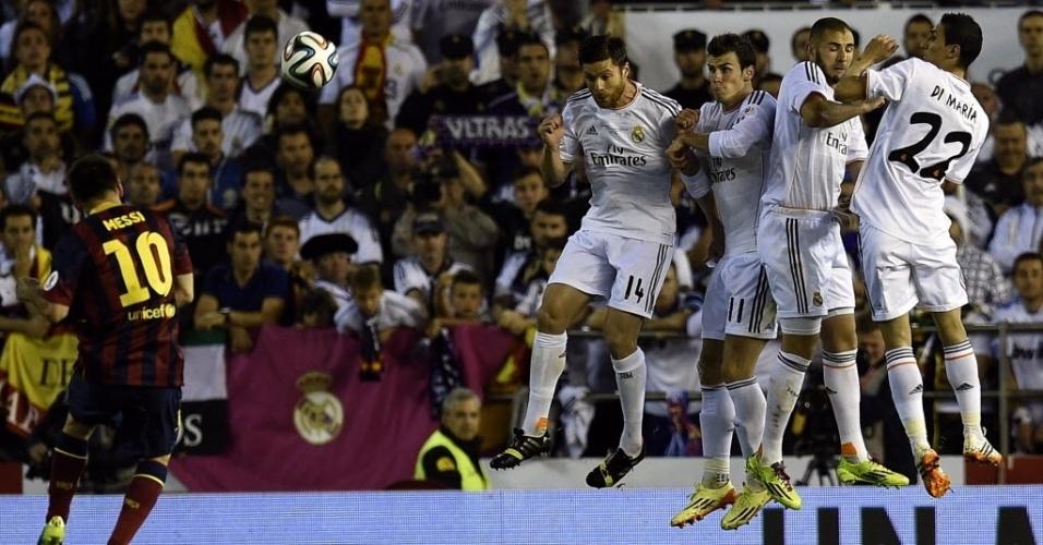 16.abr.2014 - Messi cobra falta para o Barcelona na partida contra o Real Madrid pela final da Copa do Rei