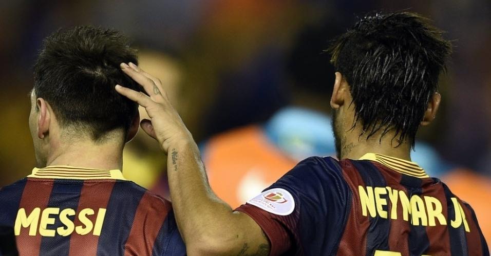 16.abr.2014 - Neymar consola Messi após derrota do Barcelona para o Real Madrid na final da Copa do Rei da Espanha