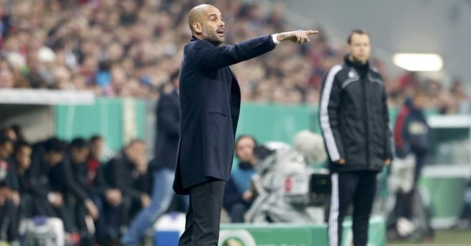 16.abr.2014 - Técnico Pep Guardiola orienta jogadores do Bayern de Munique  na e6b8f949b6939