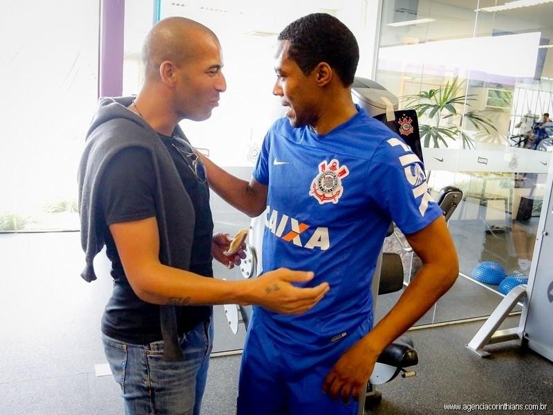 Emerson Sheik cumprimenta Elias em seu adeus ao elenco do Corinthians no CT Joaquim Grava