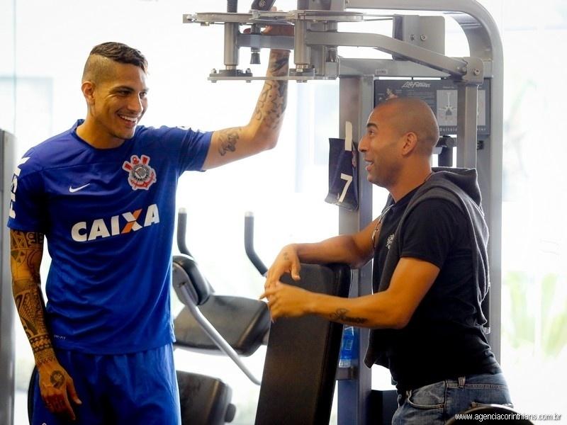 Emerson Sheik, que foi emprestado para o Botafogo, conversa com Paolo Guerrero, seu parceiro de ataque na conquista do Mundial de Clubes em 2012