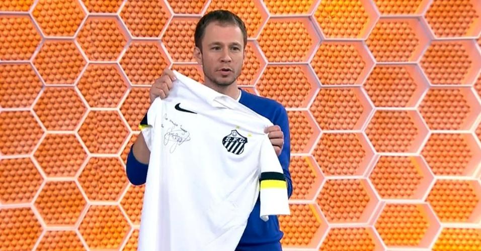 17/04/2014 - Tiago Leifert mostra a camisa que ganhou de Gabigol, do Santos, no Globo Esporte