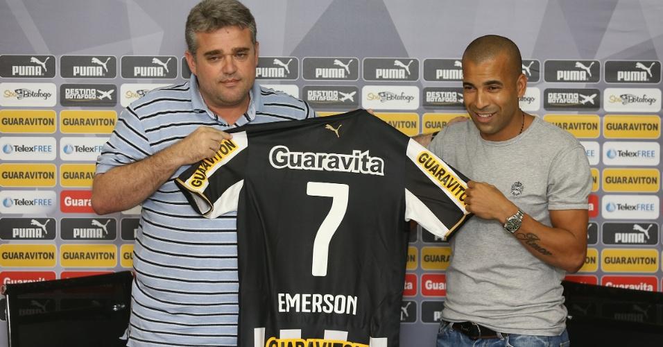 17.abr.2014 - Emerson Sheik recebe a camisa 7 do Botafogo das mãos do diretor de futebol Sidnei Loureiro (esq)