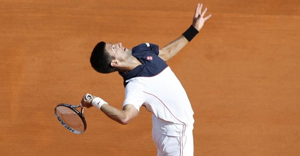 Novak Djokovic saca durante a sua vitória sobre Pablo Carreno Busta