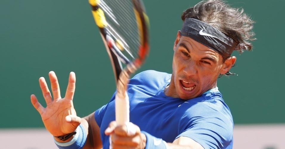 Rafael Nadal rebate a bola durante a sua vitória sobre o italiano Andreas Seppi no Masters 1000 de Monte Carlo