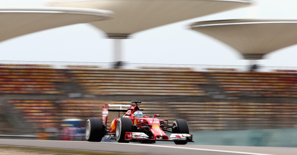 18.abr.2014 - Fernando Alonso surpreendeu na primeira sessão de treinos livres para o GP da China e marcou o melhor tempo