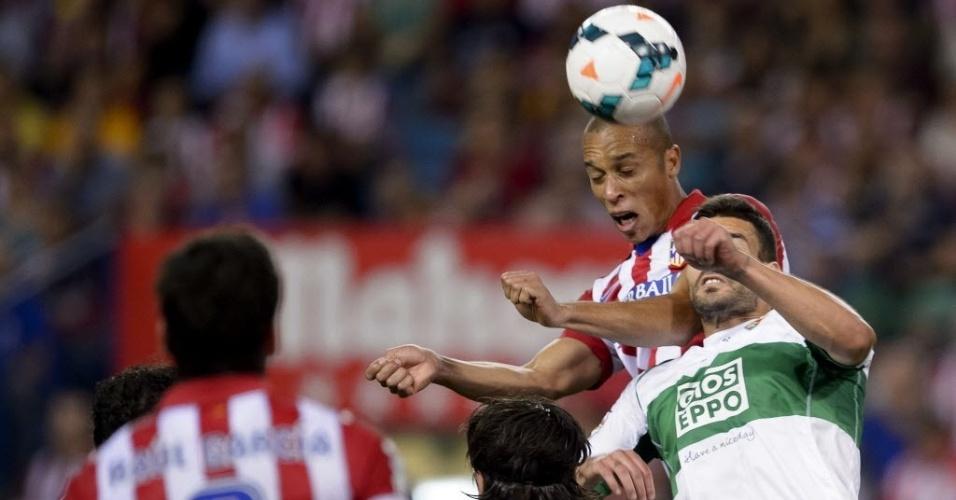 18. abr. 2014 - Miranda sobe para cabecear bola pelo Atlético de Madri em partida contra o Elche, pelo Campeonato Espanhol