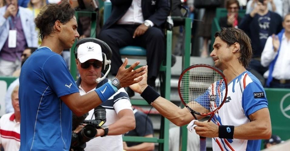 18.abr.2014 - David Ferrer e Rafael Nadal se cumprimentam após partida das quartas de final do Masters 1000 de Monte Carlo