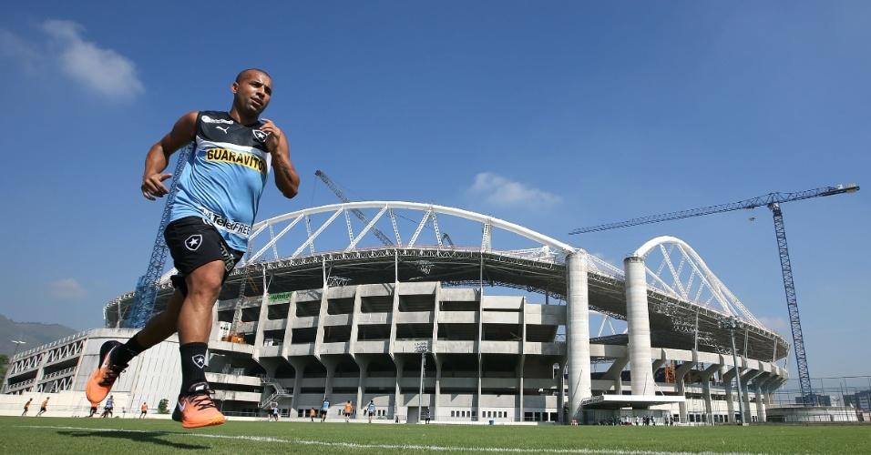 18.abr.2014 - Emerson Sheik corre em volta do campo anexo do Engenhão em seu primeiro treino pelo Botafogo