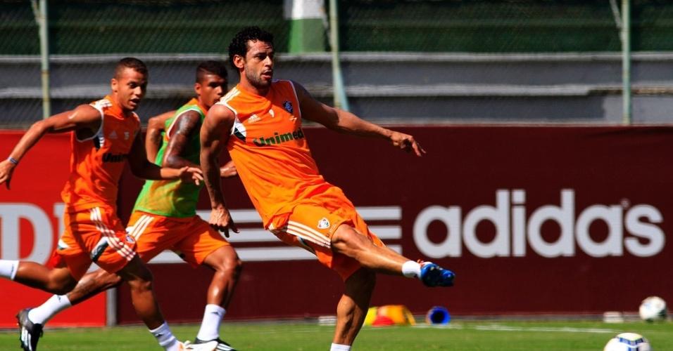 18.abr.2014 - Fred estreia novo uniforme de treino do Fluminense nas Laranjeiras