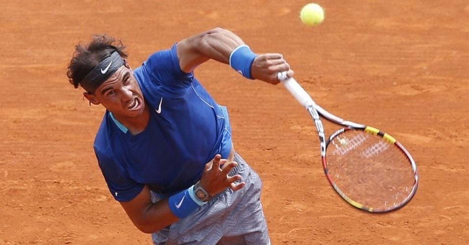 18.abr.2014 - Rafael Nadal saca durante a partida contra David Ferrer pelas quartas de final do Masters 1000 de Monte Carlo