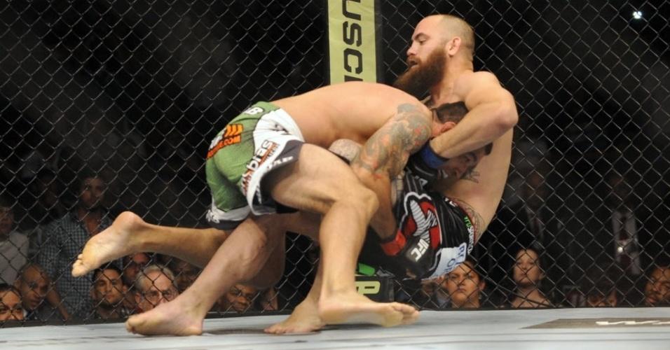 19. abr. 2014 - Brasileiro Werdum tenta levar luta contra Travis Browne para o chão durante o duelo principal do UFC Werdum x Browne