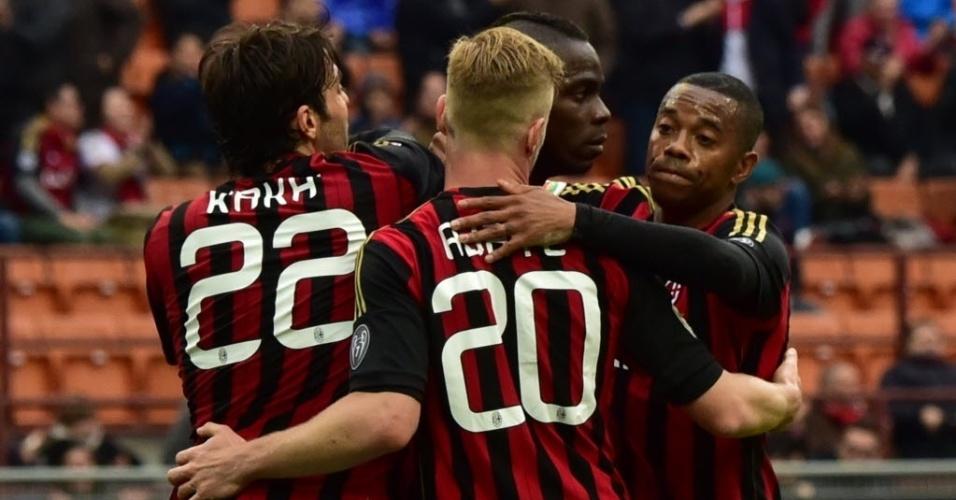 19.abr.2014 - Balotelli é abraçado por Kaká, Robinho e Abate após abrir o placar para o Milan contra o Livorno