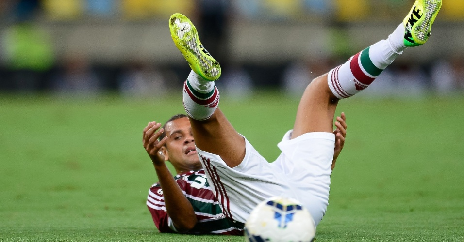 19.abr.2014 - Carlinhos fica caído no gramado do Maracanã