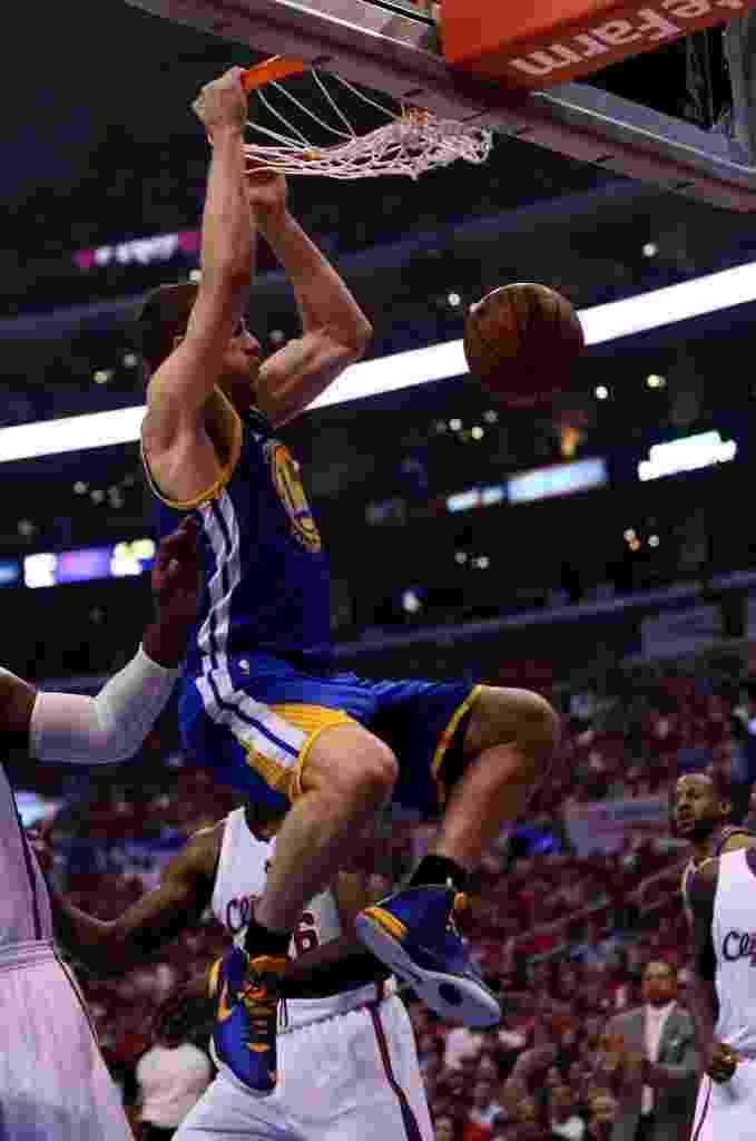 19.abr.2014 - David Lee crava a bola para o Golden State Warriors na vitória fora de casa sobre os Clippers: 109 a 105; os Warriors têm 1 a 0 na série - Stephen Dunn/Getty Images/AFP