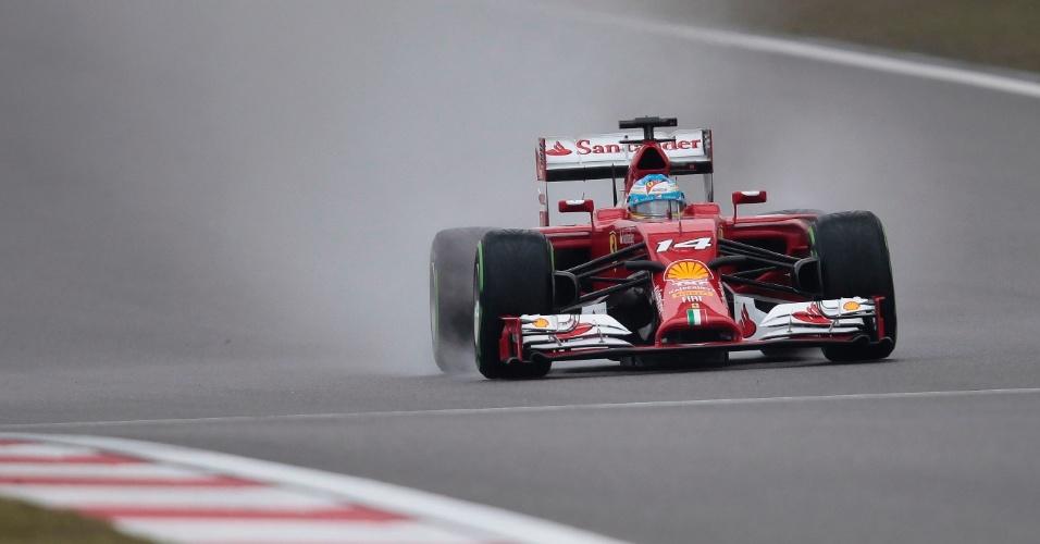 19.abr.2014 - Fernando Alonso acelera sua Ferrari pela pista molhada do circuito de Xangai durante o treino de classificação para o GP da China
