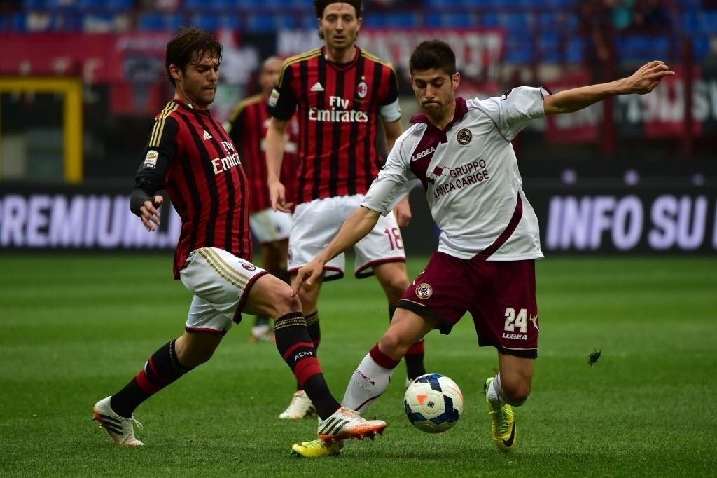 19.abr.2014 - Kaká briga pela bola com Benassi durante partida do Campeonato Italiano entre Milan e Livorno