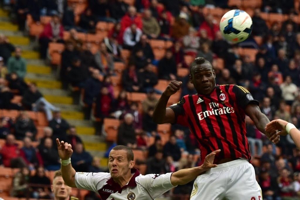 19.abr.2014 - Mario Balotelli sobe alto para fazer o cabeceio durante partida entre Milan e Livorno