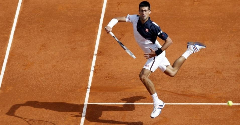 19.abr.2014 - Novak Djokovic faz malabarismo para tentar devolver uma bola durante a partida contra Roger Federer