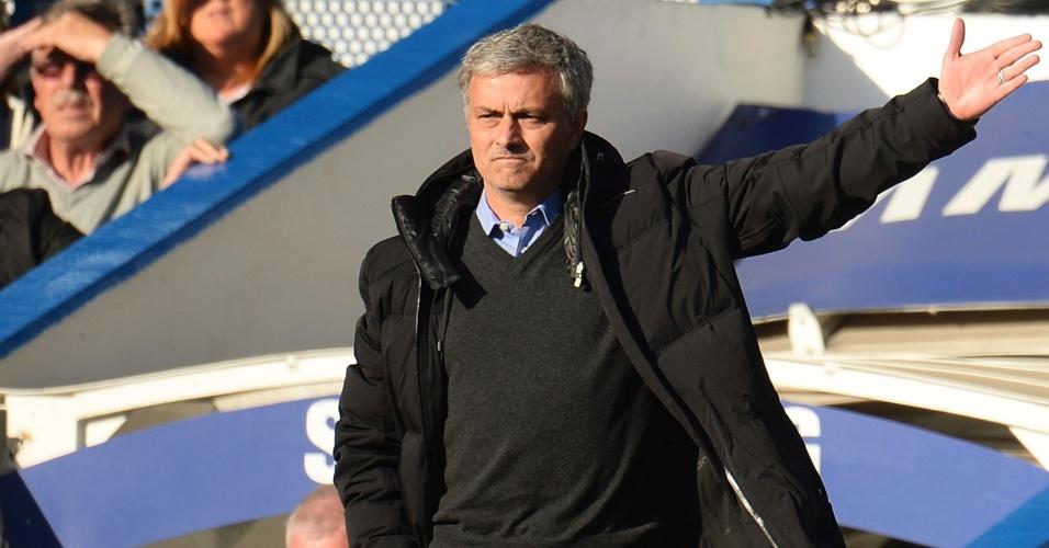 19.abr.2014 - O técnico José Mourinho faz cara de poucos amigos em jogo do Chelsea pelo Campeonato Inglês