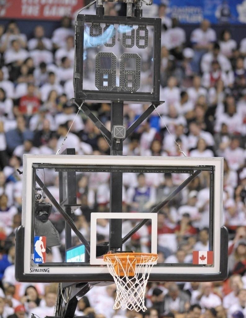 98e47f6868f Abertura dos playoffs da NBA tem show de erros