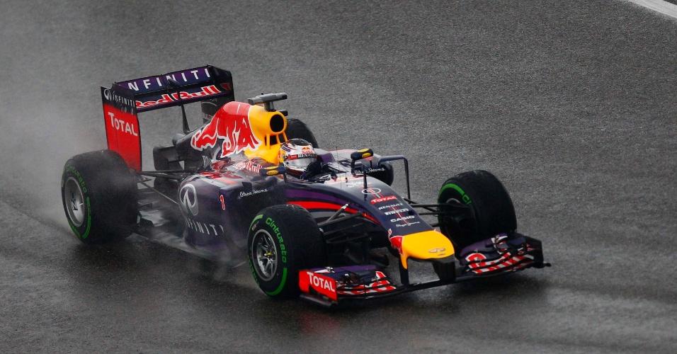 19.abr.2014 - Sebastian Vettel tenta controlar sua Red Bull na pista molhada do circuito de Xangai durante o treino de classificação para o GP da China