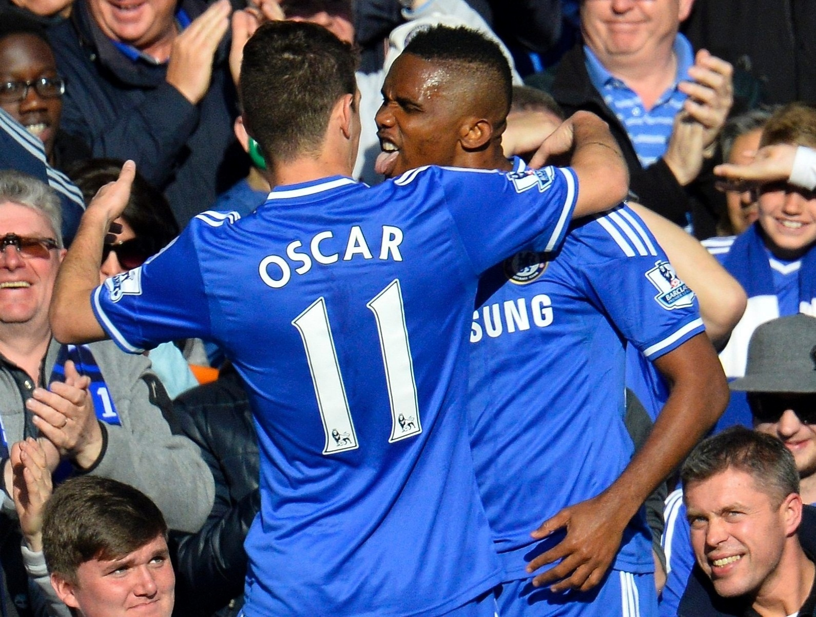 19.abr.2014- Brasileiro Oscar comemora com o camaronês Samuel Eto'o gol do Chelsea contra o Sunderland pelo Campeonato Inglês