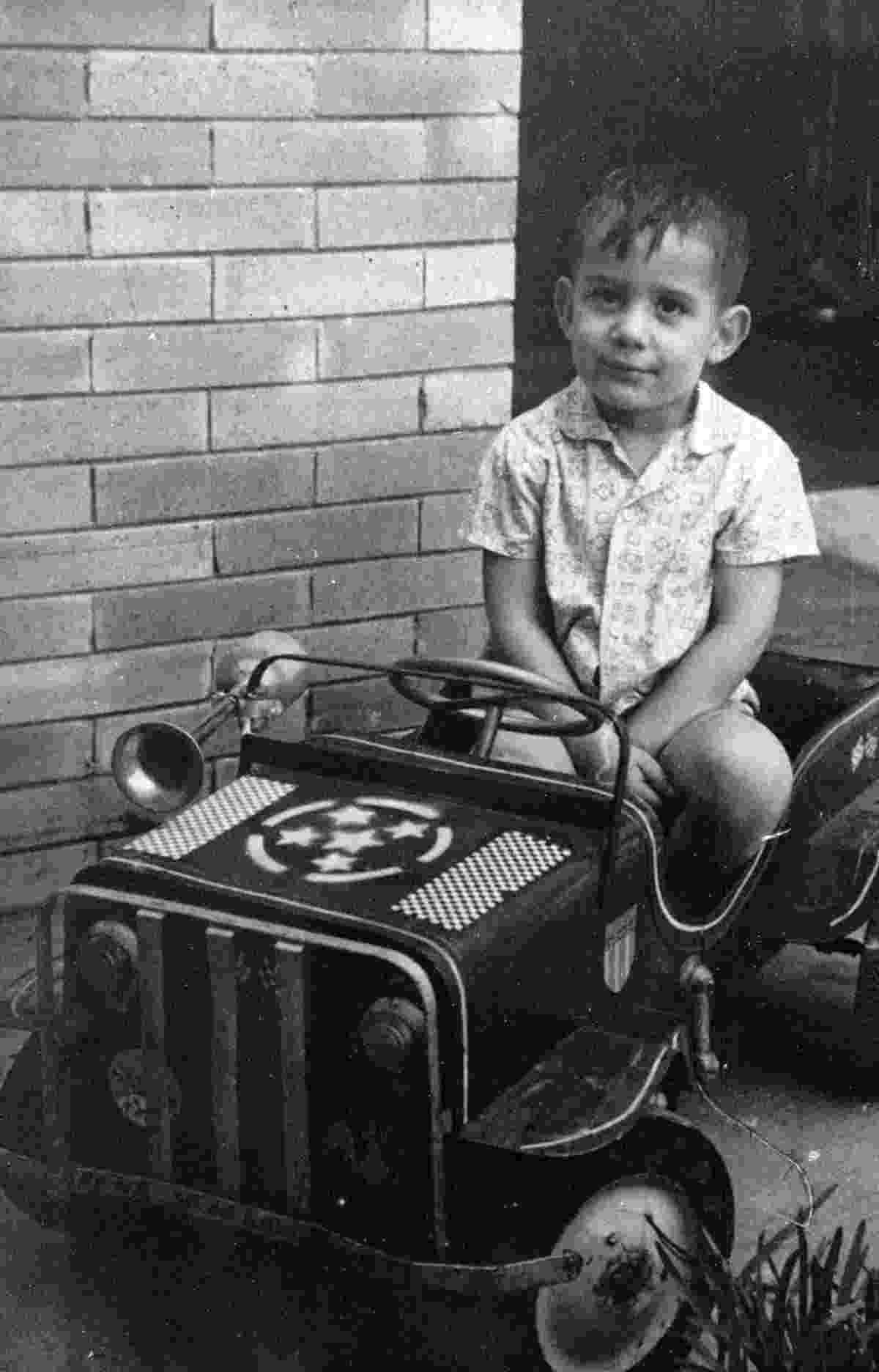 Aos oito anos, o jovem Ayrton Senna já mostra a predileção pelos carrinhos - Arquivo pessoal/Folhapress