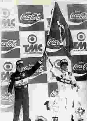 No pódio, um detalhe interessante: Senna e Nelson Piquet dividem a bandeira brasileira, antes do início das hostilidades entre os campeões mundiais - Rogério Carneiro/Folhapress - Rogério Carneiro/Folhapress