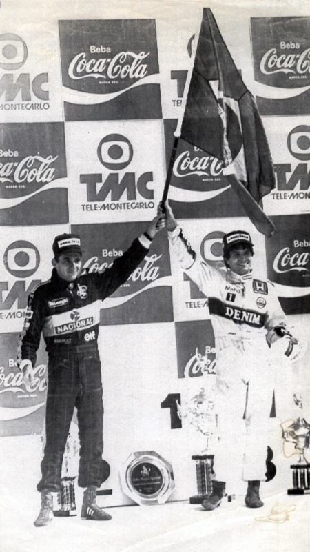Senna e Nelson Piquet dividem a bandeira brasileira antes do início das hostilidades entre os campeões mundiais - Rogério Carneiro/Folhapress