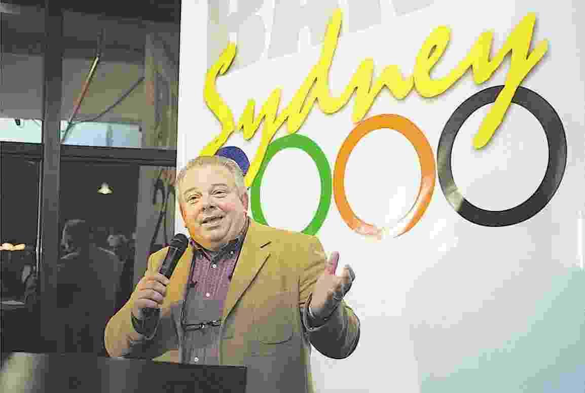 O locutor esportivo Luciano do Valle apresenta evento da TV Bandeirantes para as Olímpíadas de Sydney 2000, em São Paulo - Rossana Lana/Folhapress
