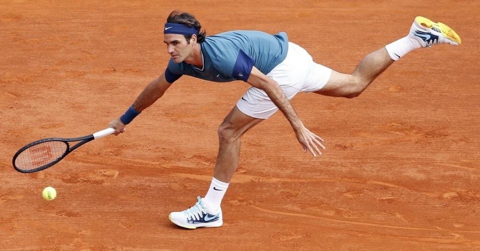 Roger Federer se estica durante partida contra Novak Djokovic