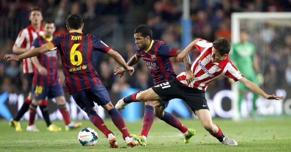 20. abr. 2014 - Daniel Alves e Andre Herrera brigam pela bola no jogo entre Barcelona e Athletic Bilbao, pelo Campeonato Espanhol