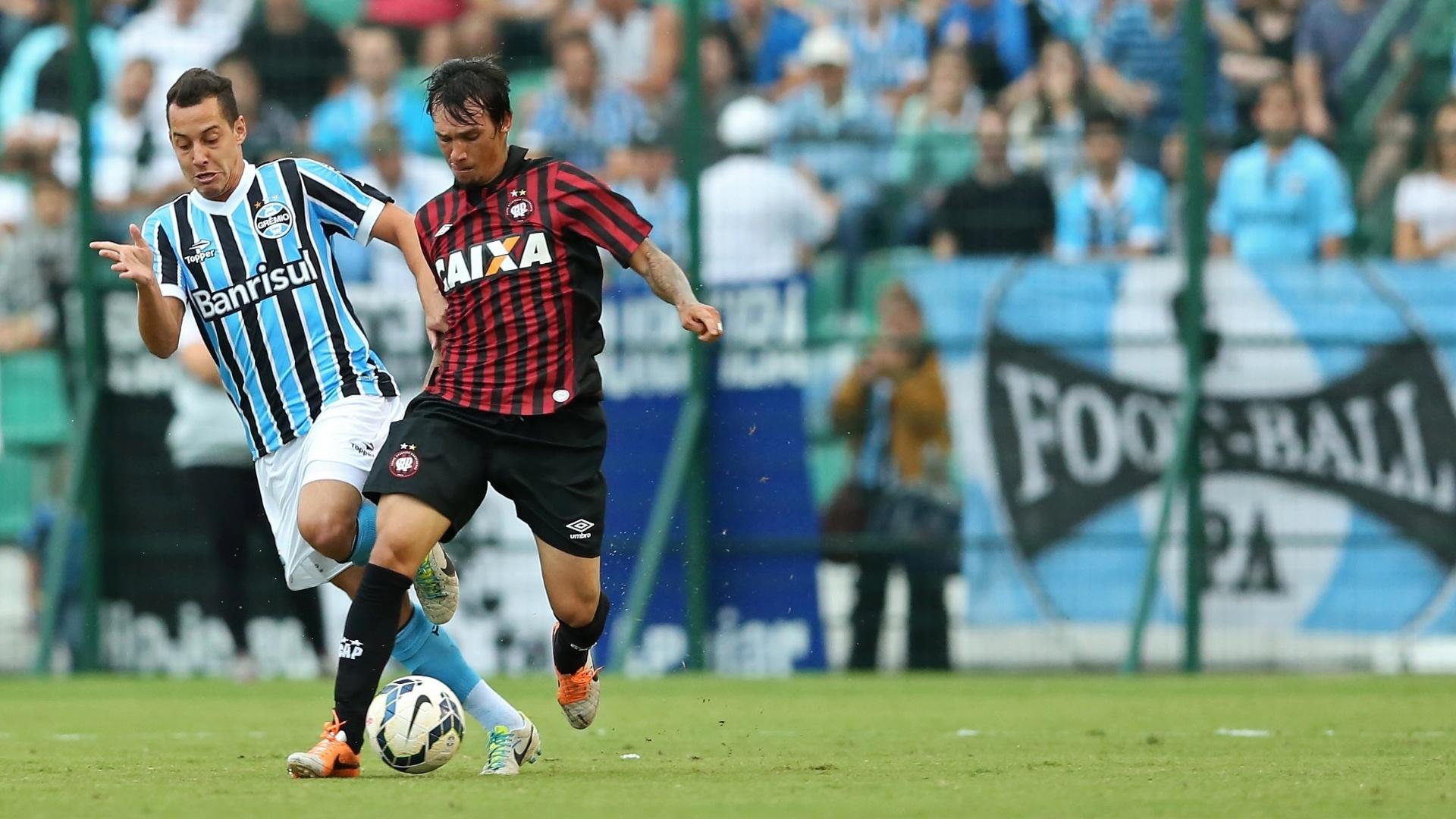 20/04/2014 - João Paulo, do Atlético-PR, é marcado por Rodriguinho, do Grêmio