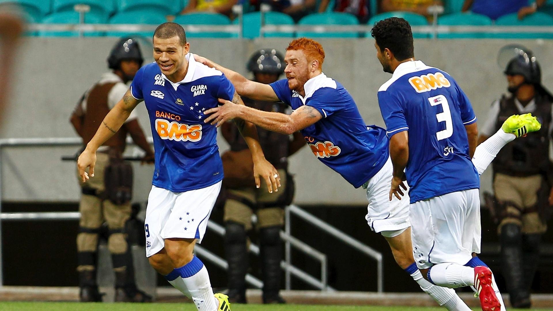 20/04/2014 - Nilton comemora gol na vitória do Cruzeiro sobre o Bahia por 2 a 1