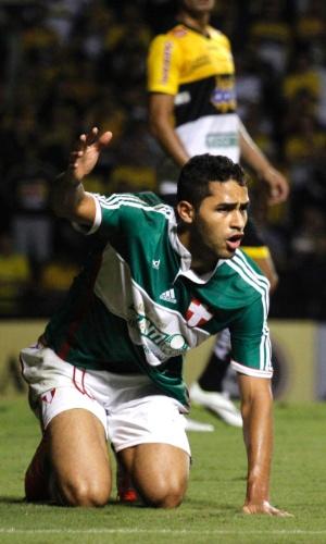 20.abr.2014 - Alan Kardec reclama da arbitragem durante duelo contra o Criciúma em SC