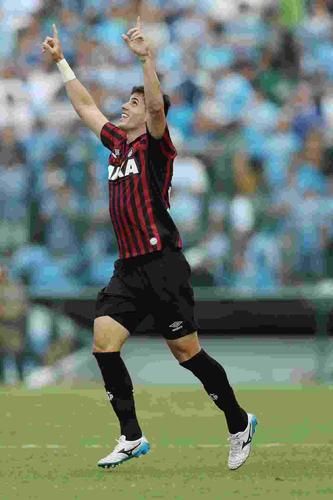 20.abr.2014 - Drausio, do Atlético-PR, comemora o 1° gol sobre o Grêmio - Heuler Andrey/Getty Images