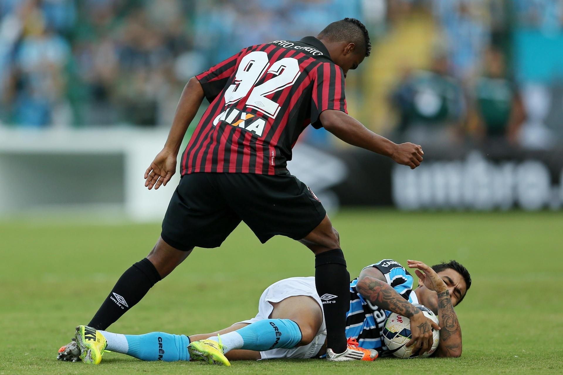 20.abr.2014 - Dudu, do Grêmio, agarra a bola no chão após sofrer falta de Mario Sergio, do Atlético-PR