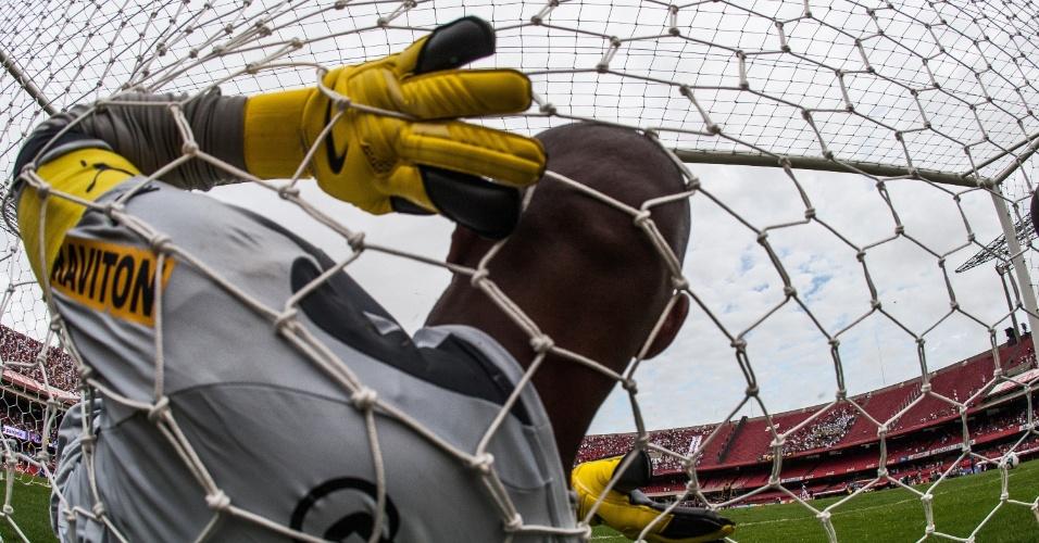 20.abr.2014 - Jefferson, goleiro do Botafogo, cai na rede após levar gol do São Paulo no Morumbi