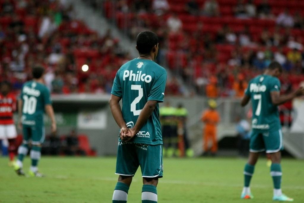 20.abr.2014 - Jogadores do Goiás respeitam um minuto de silêncio antes do jogo com o Goiás em respeito à morte de Luciano do Valle