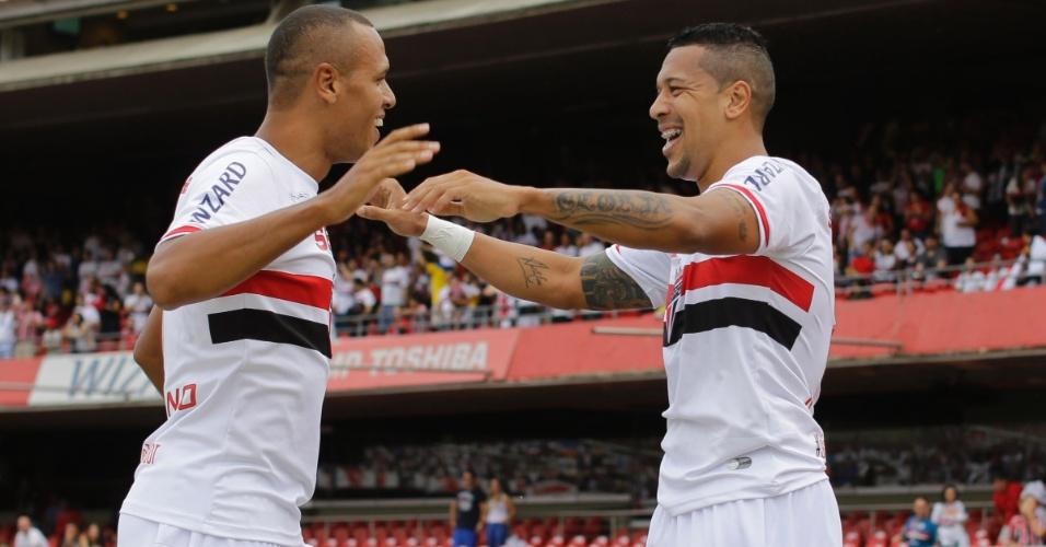 20.abr.2014 - Luís Fabiano, autor do 3°, e Antônio Carlos, do 1° gol do São Paulo, celebram no Morumbi
