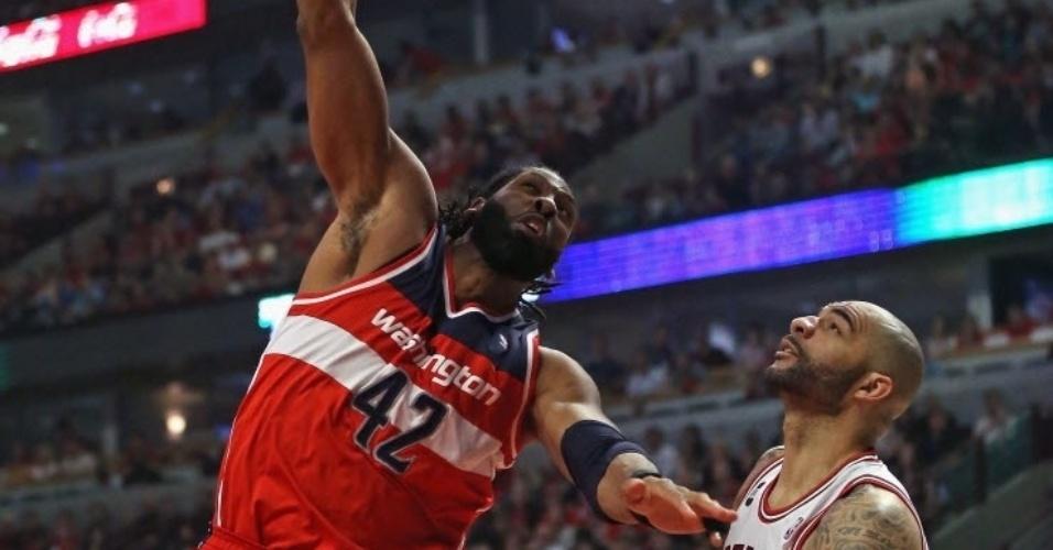 20.abr.2014 - Nenê enterra para os Wizards na vitória sobre os Bulls; ele teve 24 pontos e foi o melhor do time de Washington